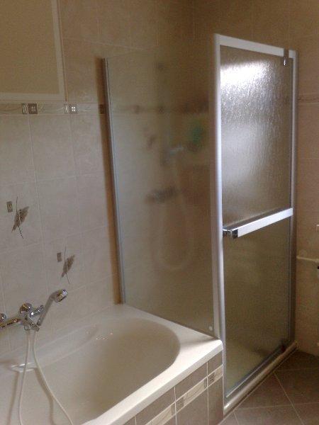 Eck Dusche mit verkürzter Seitenwand, Duschwanne superflach